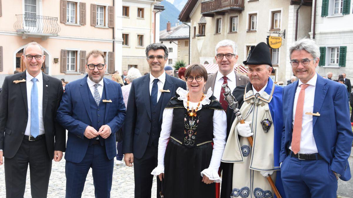 Aita Zanetti, la nouveletta presidenta dal Cussagl grond, circundada dals commembers da la Regenza grischuna e dal mas-chalch – in occasiun da las festivitats a Sent (fotografia: Nicolo Bass).