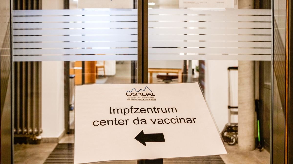 Il Center da sandà Engiadina Bassa organisescha inscunters da vaccinaziun sainza termin (fotografia: Jon Duschletta).