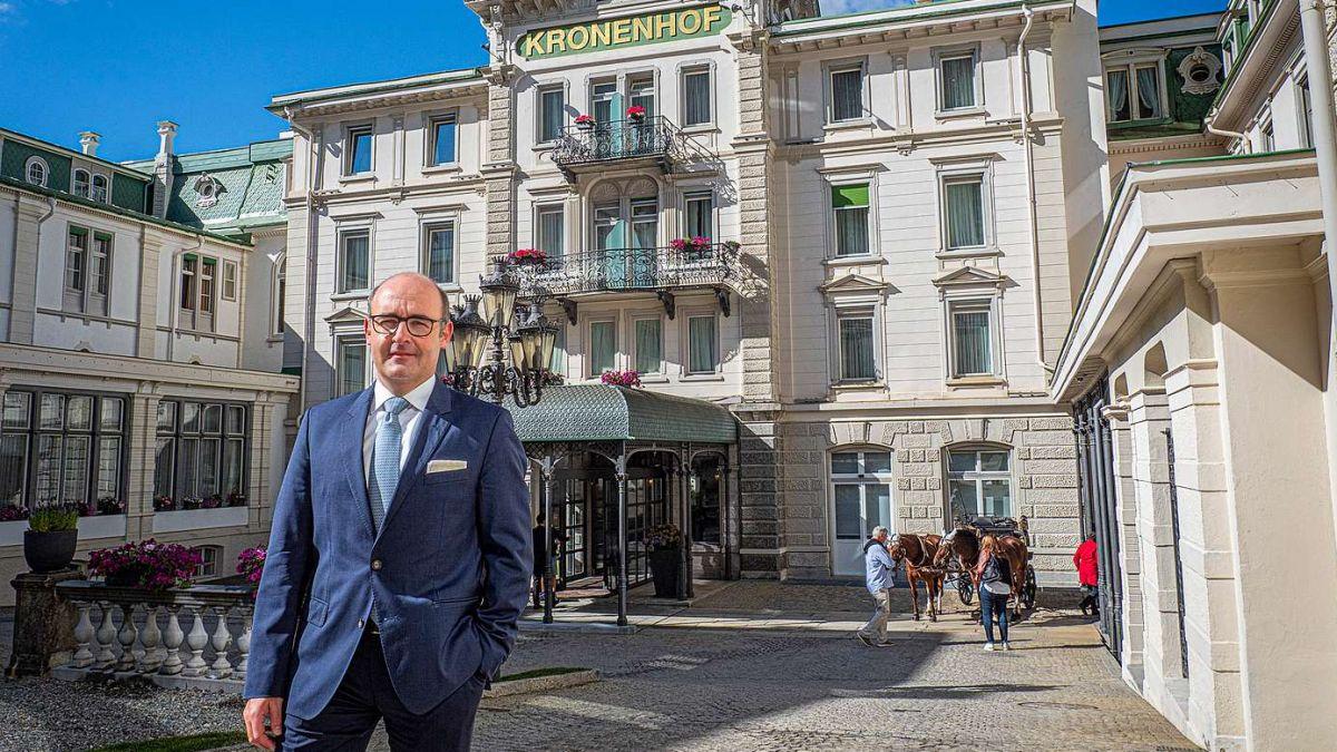 Der Hotelier des Jahres, Marc Eichenberger vor der «Grande Dame», dem Grand Hotel Kronenhof in Pontresina. Foto: Reto Stifel