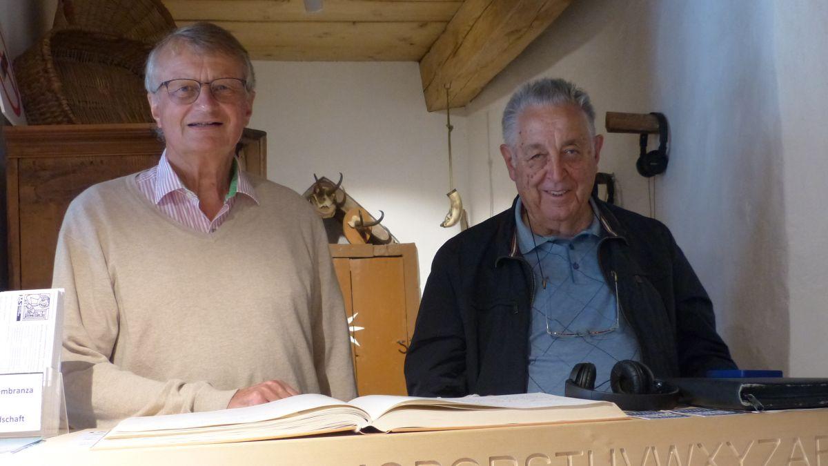 Thedy Gut e Gian Häfner (da schnestra) s'ingaschan daspö ons pel museum a Strada (fotografia: Flurin Andry).