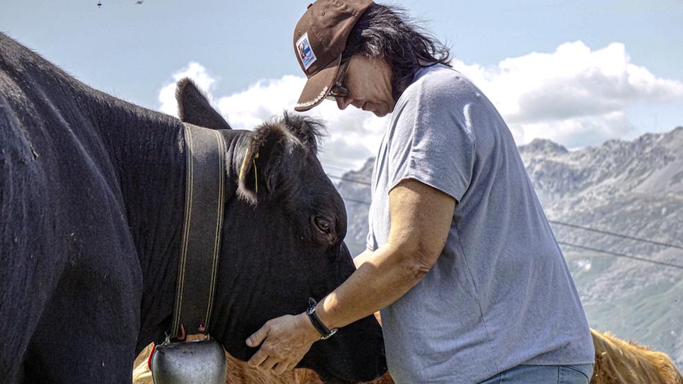 Die Landwirtin Birgit Forster aus dem Thurgau besucht ihre Tiere im Engadin.