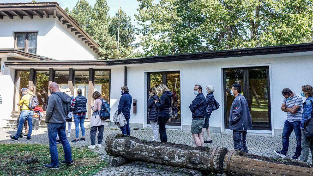 Wer sich ohne Voranmeldung impfen lassen will, braucht Geduld. Wie hier am Dienstagmittag beim Impf- und Testzentrum in St.Moritz Foto: Denise Kley