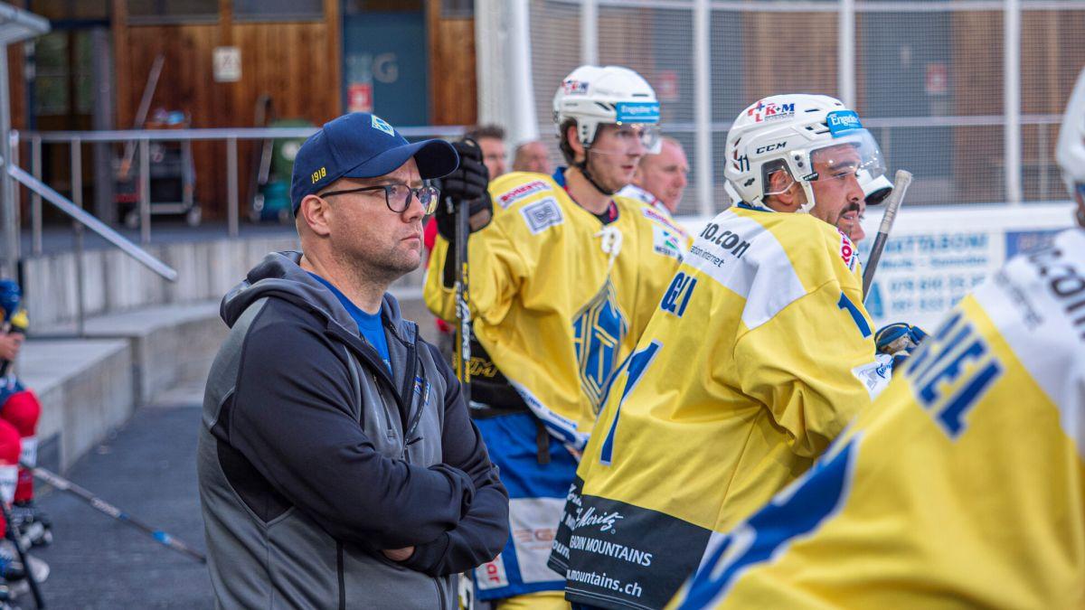 Sieg zum Auftakt für den EHC St.Moritz und dessen Trainer Alexander Aufderklamm.   Foto: Reto Stifel