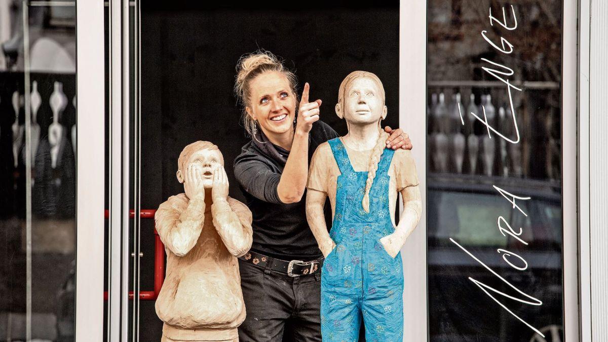 Nora Engels mit den zwei geschnitzten Kinderfiguren Leo und Lisa. Foto: z. Vfg.