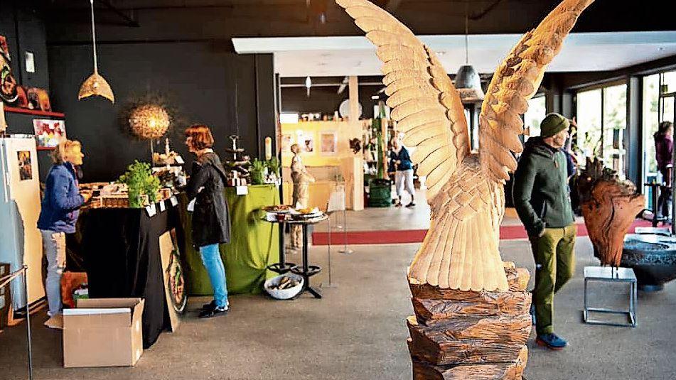 Engels ist künftig in ihrer Werkstatt in Samedan tätig. Sie hat sich auf Holzbildhauerei aus Schwemmholz und kunstvolle Schnitzereien spezialisiert.Foto: Ursula Maerz