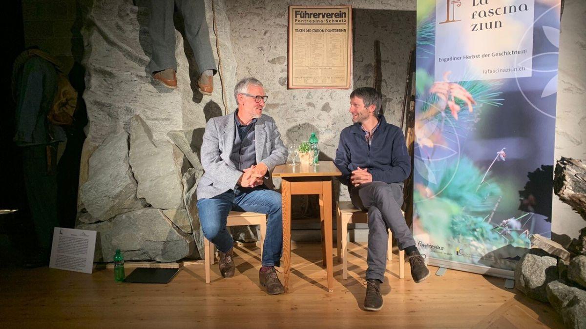 Der Aargauer Geschichtenerzähler Jürg Steigmeier (links) und der Bündner Bergführer Gian Luck sprechen über Alpinismus und teilen Geschichten und Anekdoten. Foto: Valentina Baumann