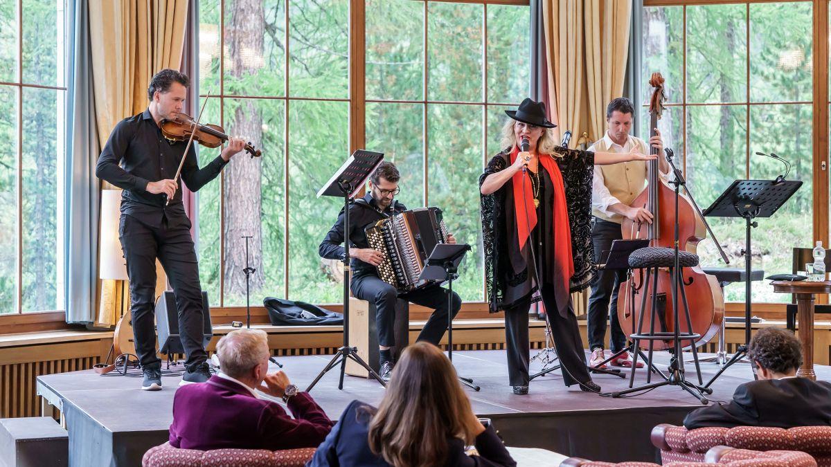 Das Trio Folksmilch und Christiane Boesiger bei der Aufführung im Silser Hotel Waldhaus. Foto: Axel Brog/Resonanzen