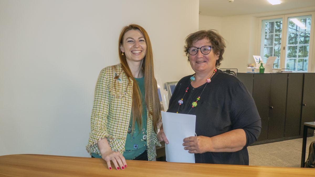 Cornelia Pedretti (rechts) hat die Aufgabe als Leiterin des Segantini Museums in St.Moritz an Claudia Stoian übergeben. Foto: Alfred Lochau, Foto Flury Pontresina