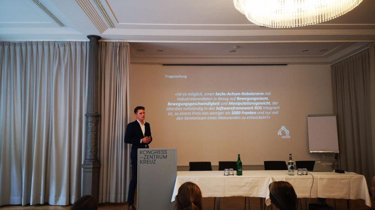 Noa Sendlhofer bei der Präsentation seiner Forschungsarbeit in Bern. Foto: z.Vfg.