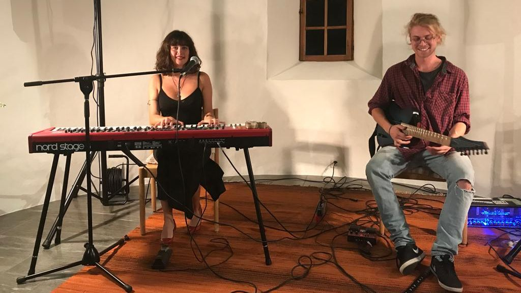 Cinzia Regensburger ed Arnaud Pas han pisserà per divertimaint illa Baselgia da San Niclà (fotografia e video: Johannes Erny).
