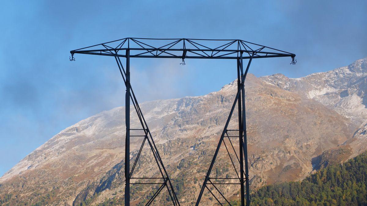 Die Stromleitungen sind schon weg. Demnächst verschwindet auf dem Delta von Champfèr auch noch der Strommast. Foto: Marie-Claire Jur