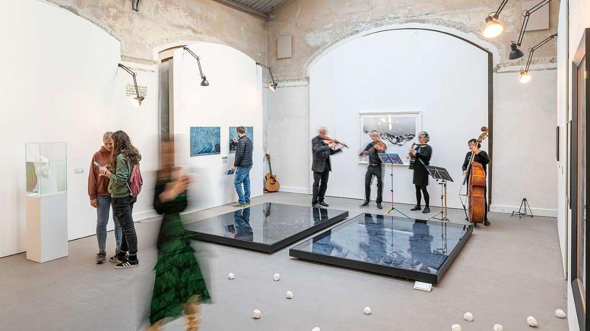 Blick in die vielfältige Ausstellung «Art Dschieta» (gefrorene Kunst) im Forum Paracelsus in St.Moritz. Foto: Steve Hadorn