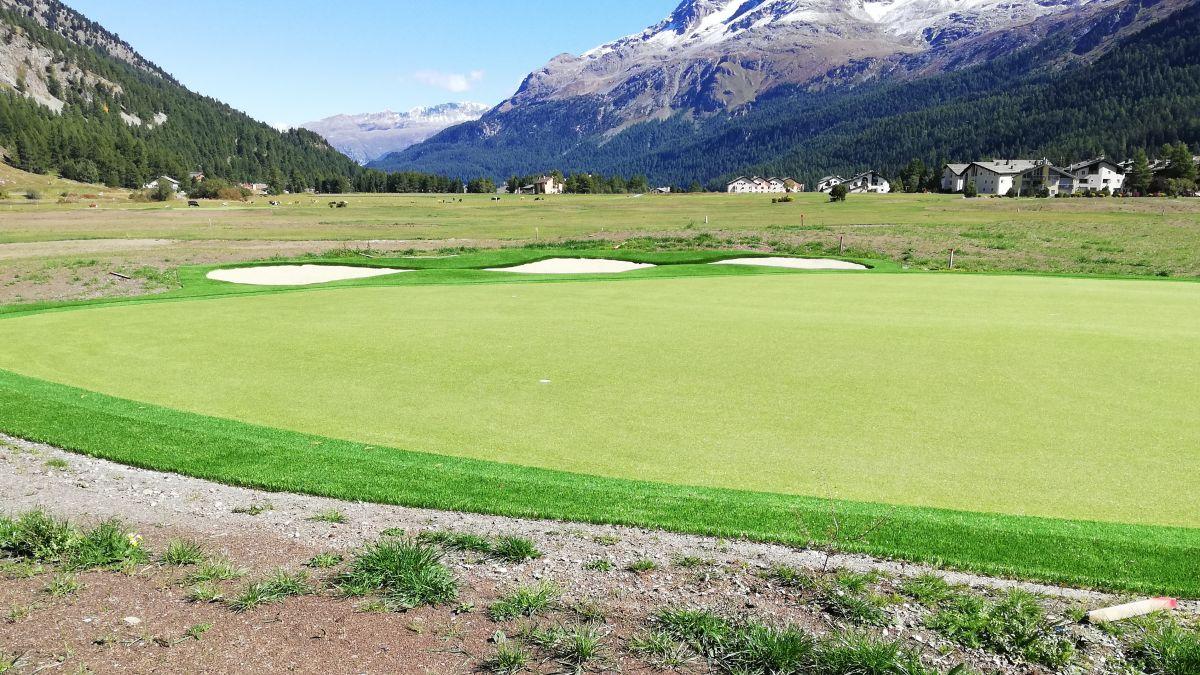 Die Stiftung Landschaftsschutz Schweiz stört sich an der neuen Kunstrasenfläche auf dem Golfplatz Margna (Foto: Renaud Lang).
