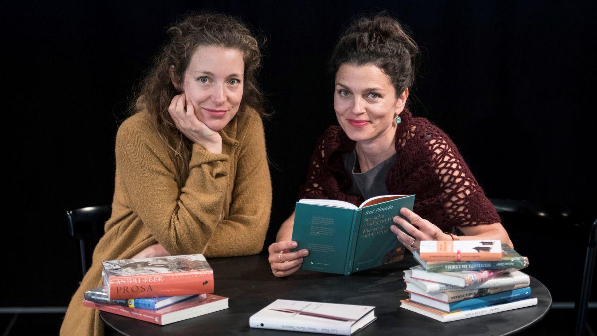 Flurina Badel (a schnestra) e Bettina Vital han preparà il program per la seguond'ediziun dal festival «LitteraturA Nairs» (fotografia: Mayk Wendt).