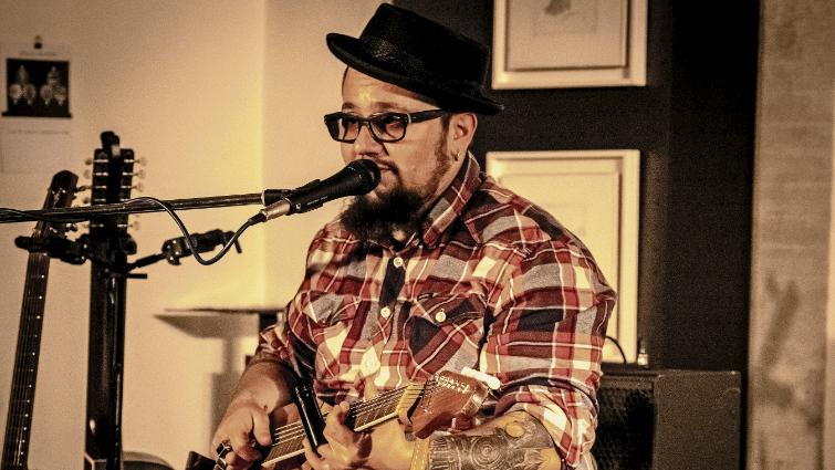 Marc Amacher ist Bluesmusiker aus dem Berner Oberland. Am Freitag spielte er in Samedan. Foto: Denise Kley