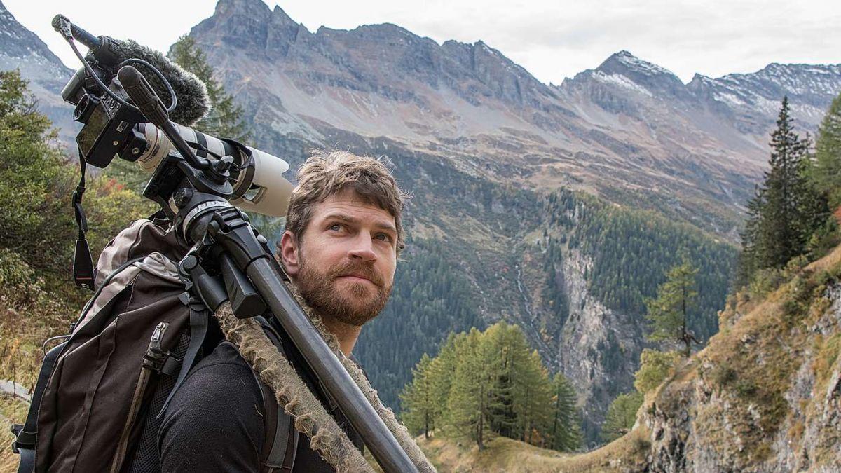 Il filmader Mario Theus ha lavurà var quatter ons vi da seis prüm film da kino «Wild» (fotografia: Stefan Vogel).