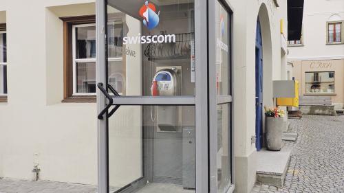 La cabina da telefon a Sent toccarà bainbod al passà. La cabina da cudeschs a Guarda invida da sfögliar in ün cudesch. (fotografia: Annatina Filli)