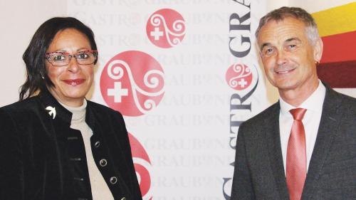 Gabriella Binkert Becchetti ha bivgnantà a Franz Sepp Caluori, president da la Gastro Grischun in Val Müstair.  (fotografia: Gion Nutegn Stgier)