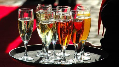 Besonders die Gastronomie-Branche ist dem Suchtmittel Alkohol ausgesetzt.  Foto: Günter Z.  / pixelio.de