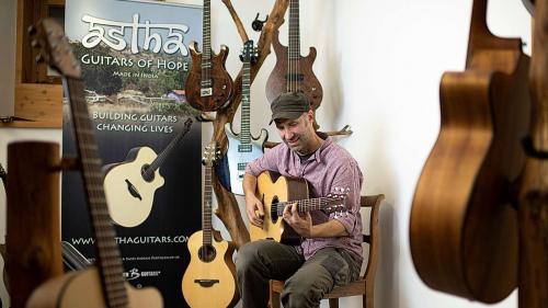 Gitarrenbauer Lukas Brunner baut seit mehr als 20 Jahren Qualitätsgitarren in Lavin (Foto: Mayk Wendt).