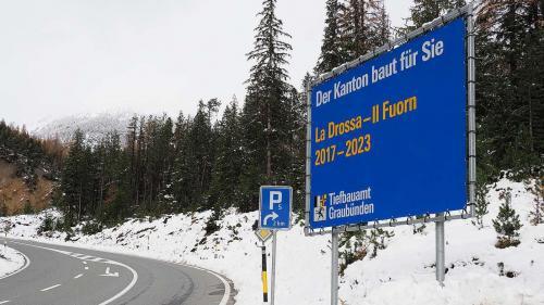 Quista tabla sper la via dal Pass dal Fuorn es gnüda missa in pè avant la decisiun da l'uffizi respunsabel da resguardar in avegnir las linguas regiunalas (fotografia: David Truttmann).