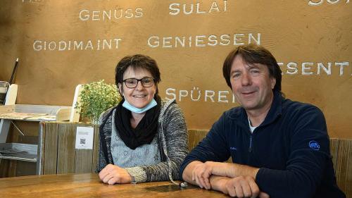 Corina Mengiardi e Paul Renn s'ingaschan daspö blers ons per La Terrassa e per La Palma a Scuol (fotografia: Nicolo Bass).