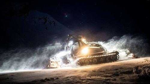 Bei klirrender Kälte werden die Pisten im Skigebiet Motta Naluns in der Nacht präpariert. (Foto: Mayk Wendt).