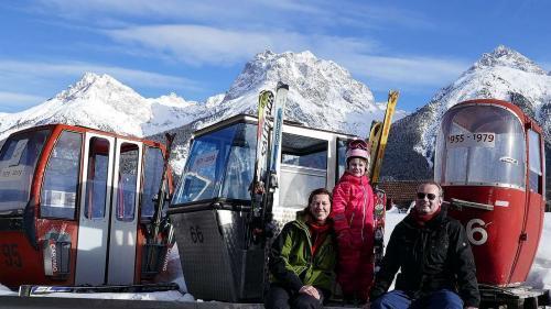La famiglia Ziegelmann sper trais tips da cabinas chi han manà la glieud i'ls ultims 65 ons i'l territori da skis sülla Motta Naluns (fotografia: archiv Jochen Ziegelmann)