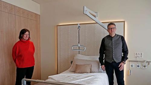 Direktionsassistentin Stephanie Balmer und Beat Moll, CEO der Stiftung Gesundheitsversorgung Oberengadin in einem der neuen Patientenzimmer der Privatabteilung auf dem 6. Stock des Spitals Oberengadin. Foto: Jon Duschletta