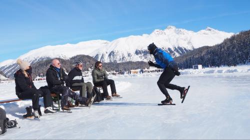 Unterricht auf Natureis und unter freiem Himmel: Schweizermeister Martin Hänggi führt in die Technik des Eisschnelllaufs ein. Foto: Marie-Claire Jur