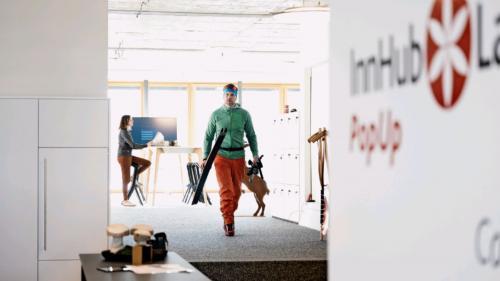 Von der Loipe an den Schreibtisch - für viele Gäste bedeutet Homeoffice nicht zwingend ein Arbeitsplatz in den eigenen vier Wänden, sondern sie verbinden die neue Freiheit des mobilen Arbeitens mit einem Aufenthalt in den Bergen.Foto: Mayk Wendt