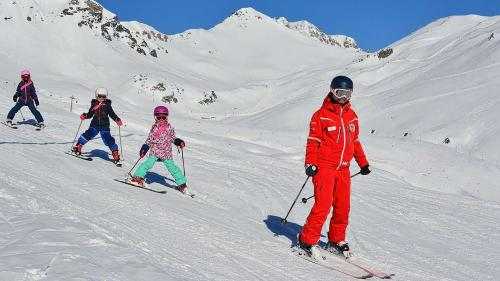Passa 500 uffants, qua da quels da la stagiun passada, frequaintan pel mumaint l'instrucziun da la Scoula da skis Scuol-Ftan (fotografia: Scoula da skis Scuol-Ftan).