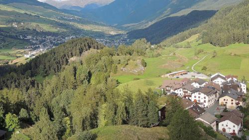Il cumün da Scuol, qua as vezza las fracziuns Tarasp, Scuol e Sent, po mantgnair la zona da planisaziun amo per ulteriurs duos ons (fotografia: Benedict Stecher).