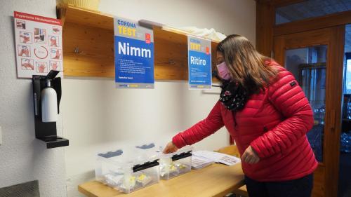 An der Nimm-Station können sich die Corvatsch-Mitarbeitenden ein Testkit holen und dann zuhause den Speichel-Selbsttest duchführen, bevor die Probe ins Labor geht. Foto: Mari-Claire Jur
