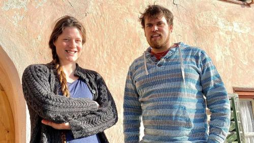 Joannes Wetzel e sia partenaria Delphine Schmid davant lur chasa a Chaflur (fotografia: Andri Netzer).