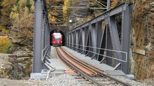 Die 2002 erstellte und 2017 instandgesetzte Stahl-Notbrücke «Untere Cavagliascobrücke» auf der RhB-Bernina-Linie. Foto: Conzett Bronzini Partner AG