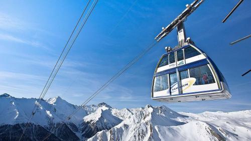 Il territori da skis Silvretta Arena collia Samignun in Svizra cun Ischgl in Austria (fotografia: Andrea Badrutt).