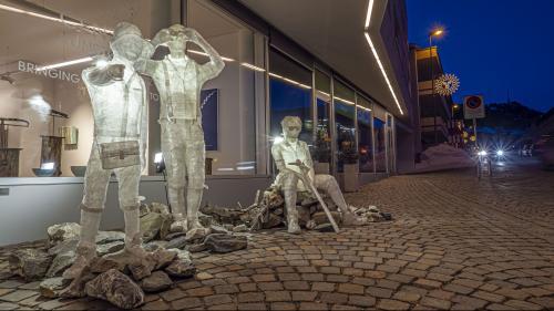 Die Figurengruppe Bergfreunde von Patrick Nyfeler lädt Passanten ein, noch mehr Kunst in der St.Moritzer Central Art Gallery zu entdecken. Foto: Daniel Zaugg