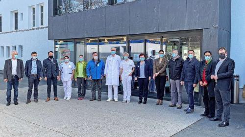 La delegaziun dal chantun insembel cun persunal dal Center da sandà Val Müstair (fotografia: Andri Netzer).