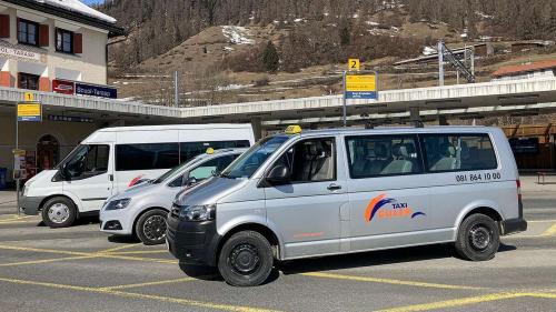 Divers passagers piglian il bus-taxi cur chi rivan la saira tard cul tren illa staziun da viafier da Scuol (fotografia: mad).