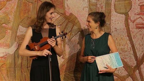Gabrielle Susan Rüetschi (rechts) und Clarigna Küng bei der Premiere ihrer musikalischen Lesung (Fotos: z. Vfg).
