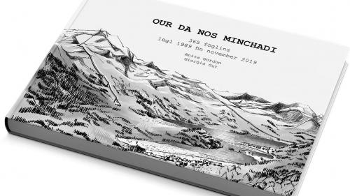Il cudesch cun 365 föglins da passa 30 ans cul titel «Our da nos minchadi» as survain tar la vschinauncha da Silvaplauna (fotografia: Gammeter Media AG).