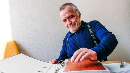 Ernst Abbühl da Samedan ho chatto i'l ramasser documaints istorics üna nouva paschiun (fotografia: Jon Duschletta).
