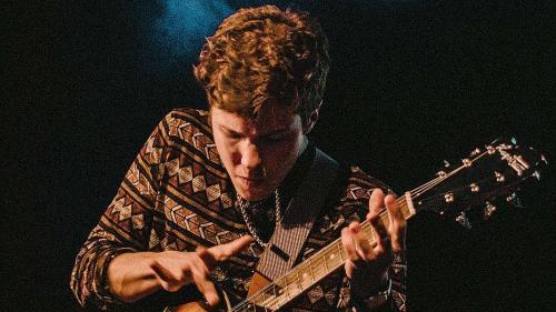 Gianni Tschenett in sieu elemaint. Cun premura perseguitescha il giuven guitarrist sieu sömmi da dvanter musicist (fotografia: mad).