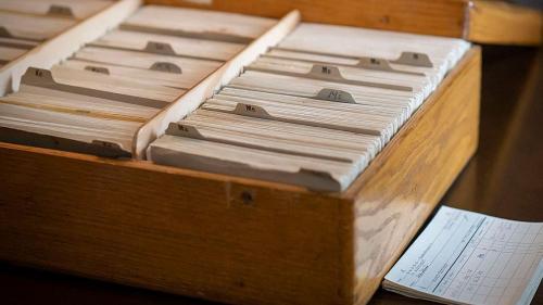 In diesen Holzkästen werden die Karteikarten gelagert. Foto: Daniel Zaugg