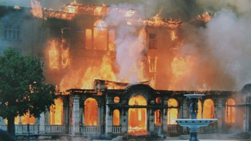 92 Jahren nach der Eröffnung fing das Hotel Waldhaus Vulpera am 27. Mai 1989 Feuer. Mit der App «EngadinOnline» kann das Video zur Geschichte des Hotel Waldhauses aktiviert werden. Foto: z.Vfg