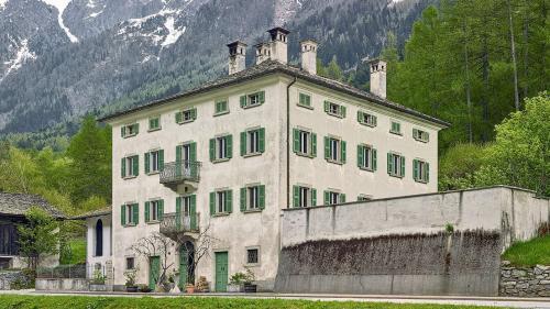 Die 1849 von Giovanni Battista Pedrazzini erbaute «Casa Pontisella» am Fuss der Sciora-Gruppe behielt auch nach dem Umbau Im Jahr 2017 durch Christoph Sauter Architekten ihr spätklassizistisches Gesicht. Foto: Jürg Zimmermann, Zürich
