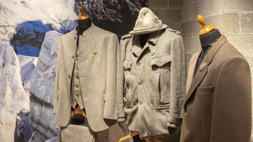 Einblick in die Sonderschau mit Bergführer-Outfits. Foto: Annika Veclani