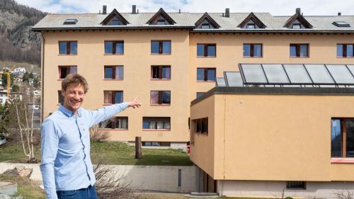 Jan Harbott zeigt auf die Solaranlage des Lehrlingshaus, welches nächstes Jahr renoviert werden soll. Foto: Annika Veclani