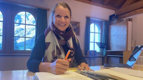 Claudia Jann ho piglio part la prüma vouta a la giuria da la concurrenza da scriver «Pledpierla» (fotografia: Nicolo Bass).